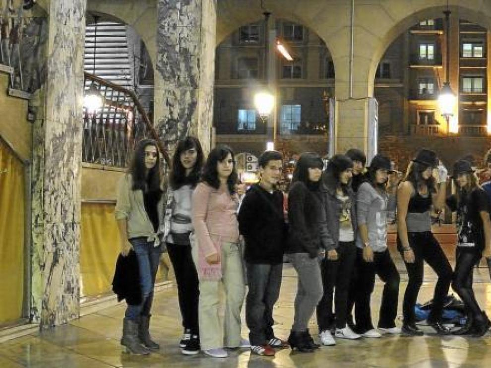 Un grupo de amigos, tras salir de ver ayer en el cine Palafox de Zaragoza el documental sobre Michael Jackson 'This is it'.