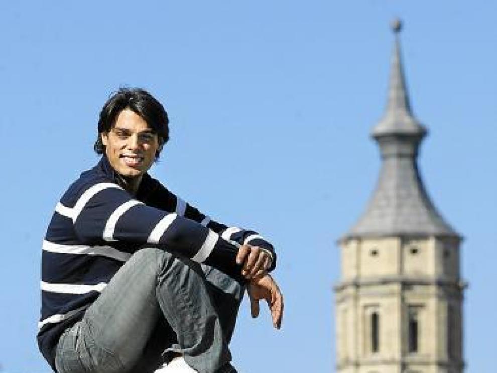 Juan, encima de la bola del mundo. La de la plaza del Pilar.