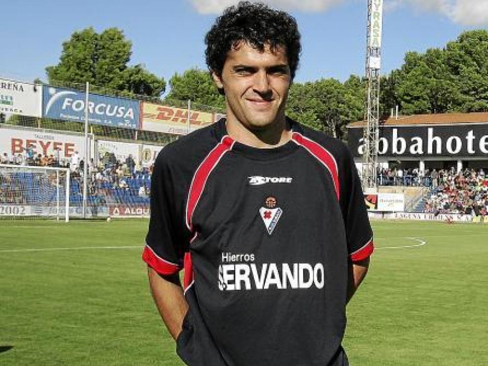 Carmelo, en una imagen capturada el pasado curso en El Alcoraz cuando defendía la camiseta del Éibar.