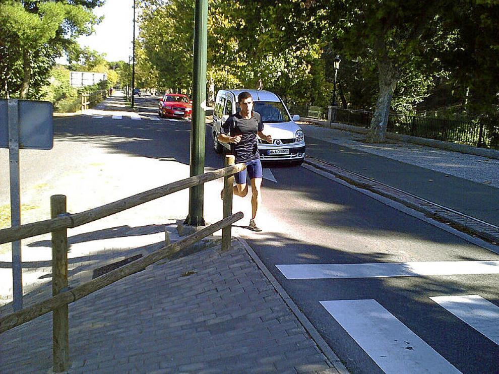 Un corredor invade la calzada para continuar su camino
