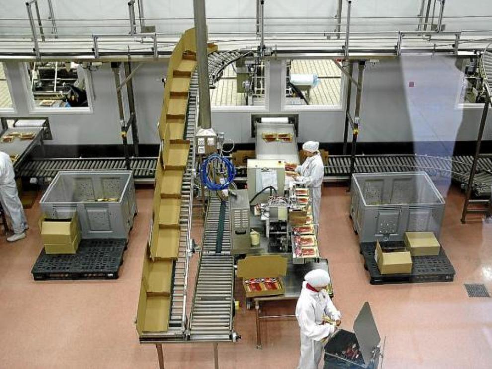 La mayor parte del empleo de la planta de loncheado de Espuña en Utrillas, en la foto, es femenino.