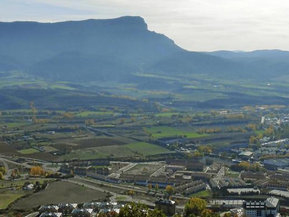 Vista de la zona norte del sector Levante desde Rapitán con la peña Oroel al fondo.