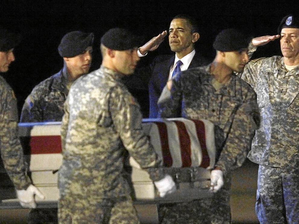 Obama, ante el paso del ataúd con los restos del sargento Griffin, ayer en la base de Dover.