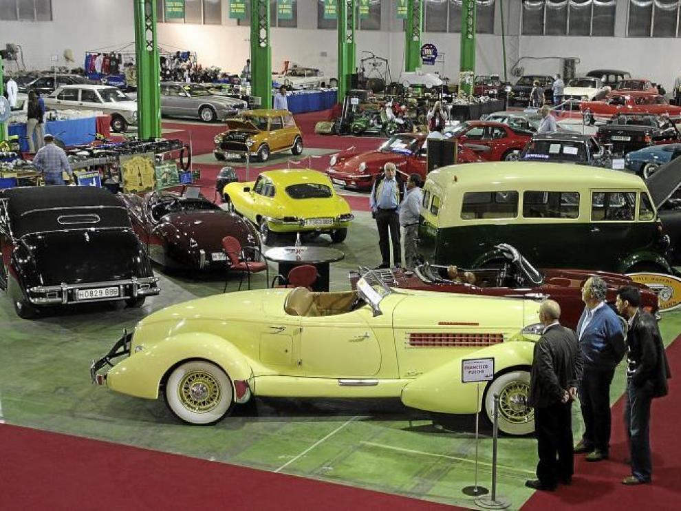La feria del vehículo clásico de Alcañiz, que este año reúne a 75 expositores, se ha convertido en un referente español en el sector.
