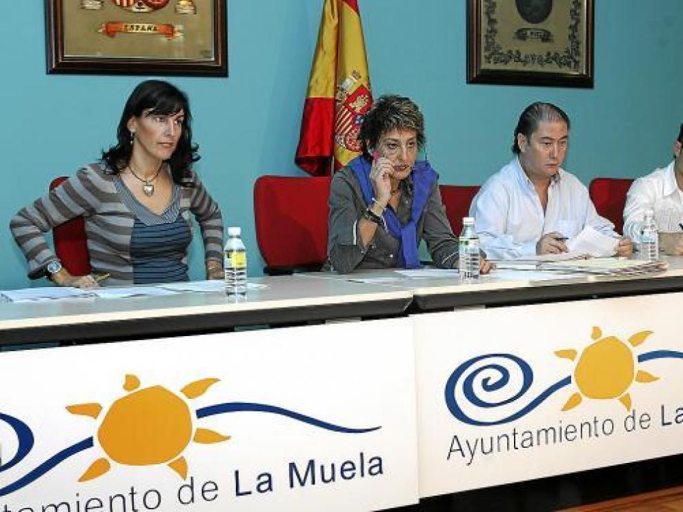 María Victoria Pinilla, rodeada de tres de sus concejales en un momento del pleno de ayer.