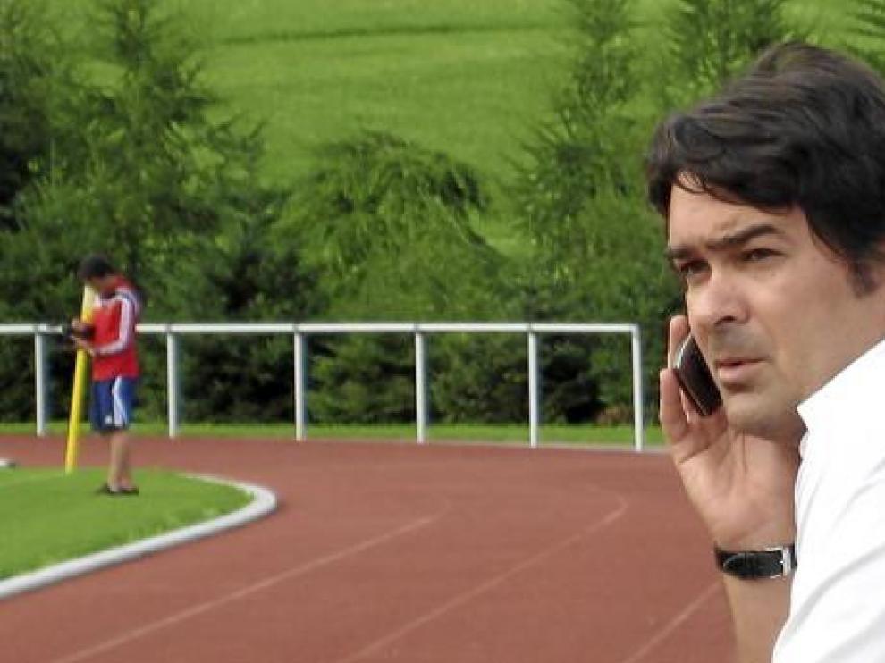 Gerhard Poschner habla por teléfono mientras observa uno de los entrenamientos del Real Zaragoza.