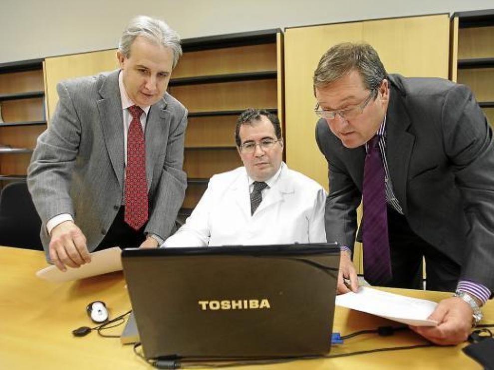 De izquierda a derecha, Jesús Obón (odontólogo) y los forenses Salvador Baena y Paulino Querol.