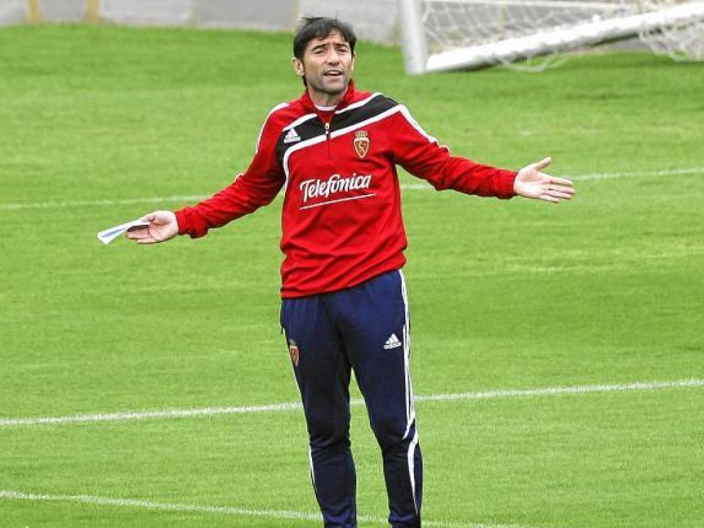 El entrenador del Real Zaragoza, Marcelino García, durante el ensayo de ayer por la mañana.