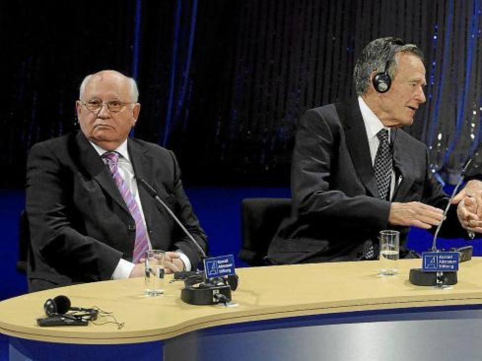 El ex presidente de la URSS, Mijail Gorbachov (izquierda), sentado junto George Bush padre (centro) y el ex canciller Helmut Kohl (derecha), ayer en Berlín.