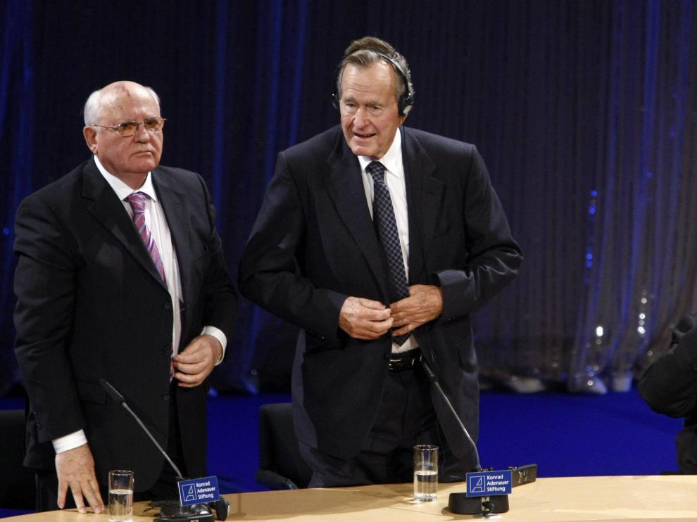 Gorbachov, Bush padre y Kohl, durante la ceremonia del 20º aniversario de la Caída del Muro de Berlín.