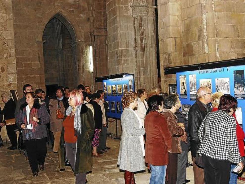 Decenas de visitantes, ayer, en algunos de los paneles ubicados en una de las naves laterales.