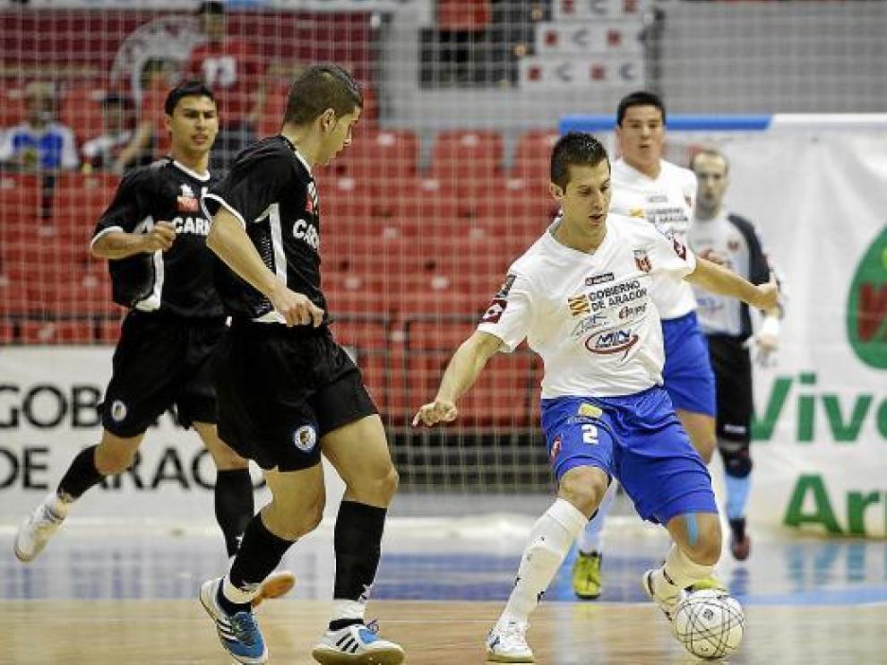 Rodrigo controla el balón en una imagen de esta temporada frente al Marfil Santa Coloma.