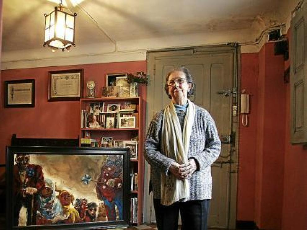 Pilar Burges en una imagen de 2006 y Joaquina Zamora en su estudio, en 1918, junto a su obra 'Coloquio baturro'.