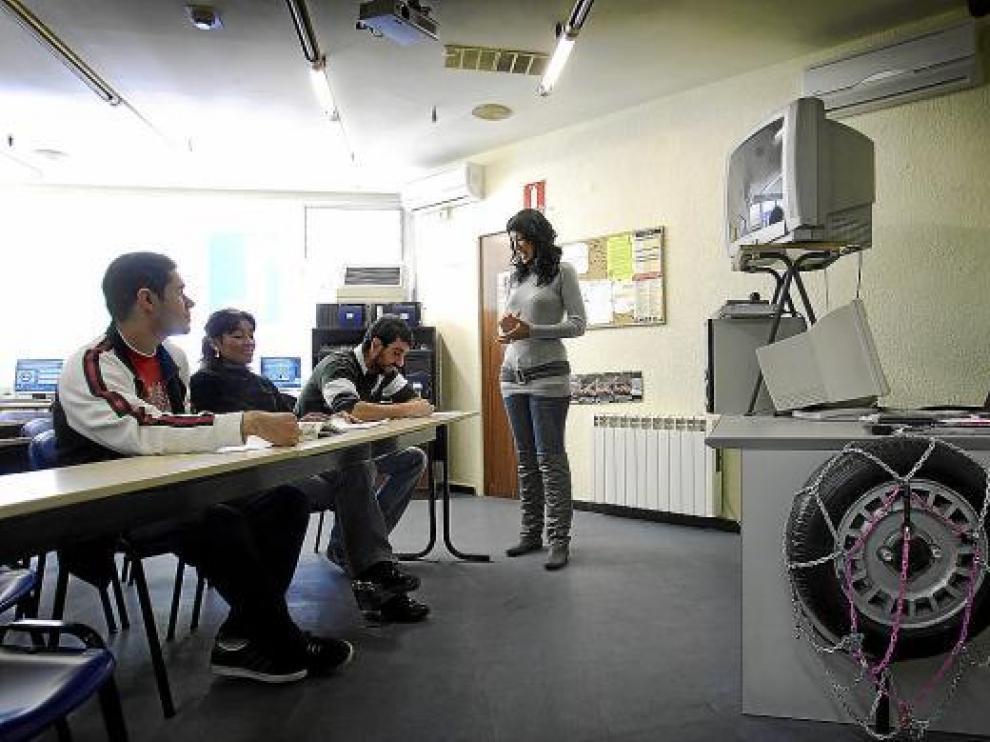 Un grupo de alumnos asiste a una sesión teórica en una autoescula.