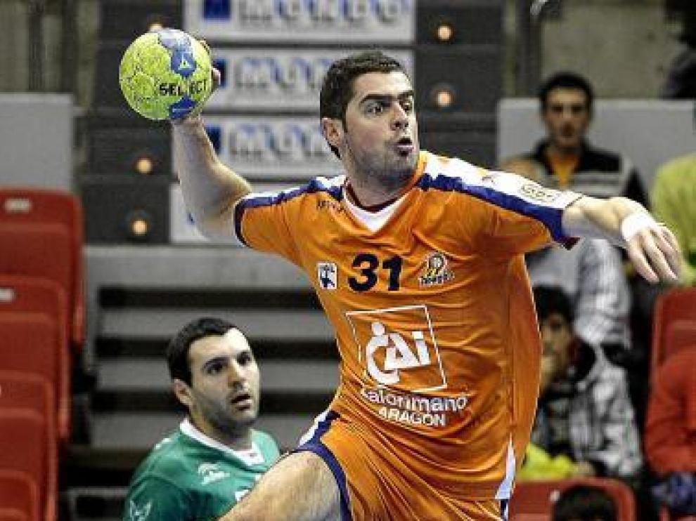 Stojanovic lanza a portería en el duelo de ayer