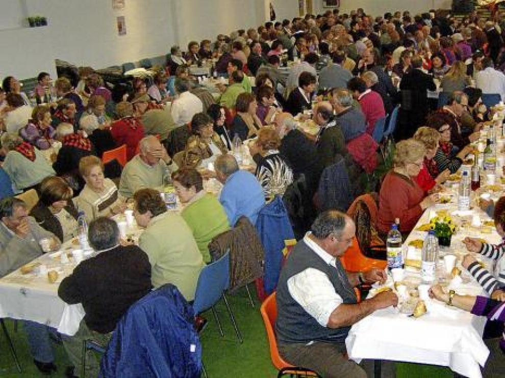 Un momento de la multitudinaria comida que se preparó en el pabellón municipal
