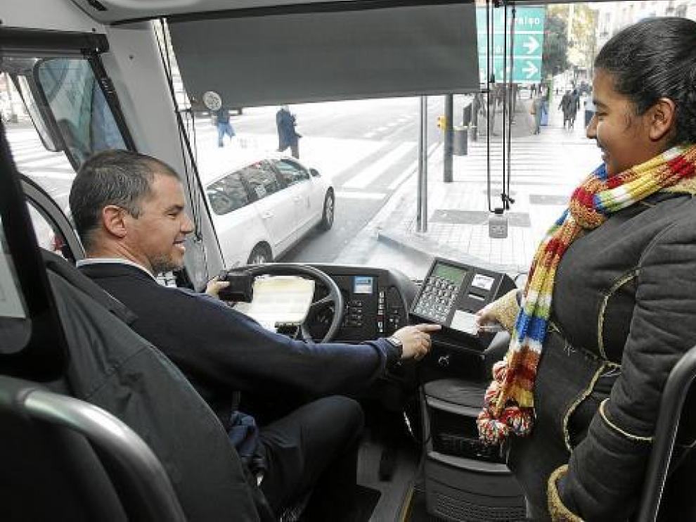 Una señora prueba, ayer por la mañana, la tarjeta bus en el recorrido Zaragoza-La Puebla.