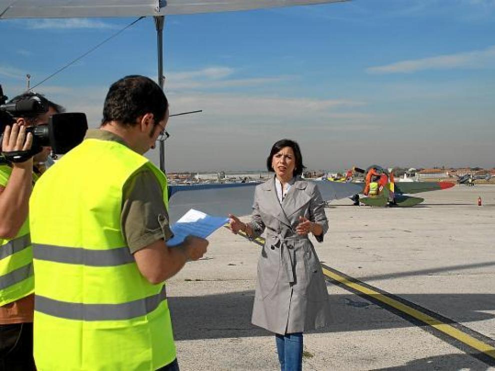 Miguel Lobera y Maite Puntes durante la grabación en el aeródromo de Cuatro Vientos