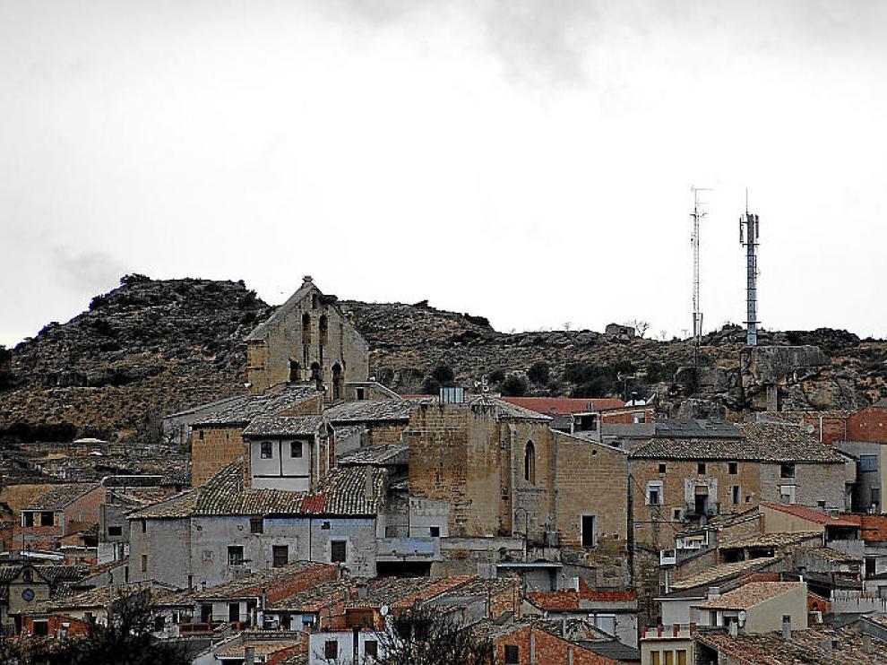 Vista del pueblo, con una antena de televisión y de telefonía al fondo