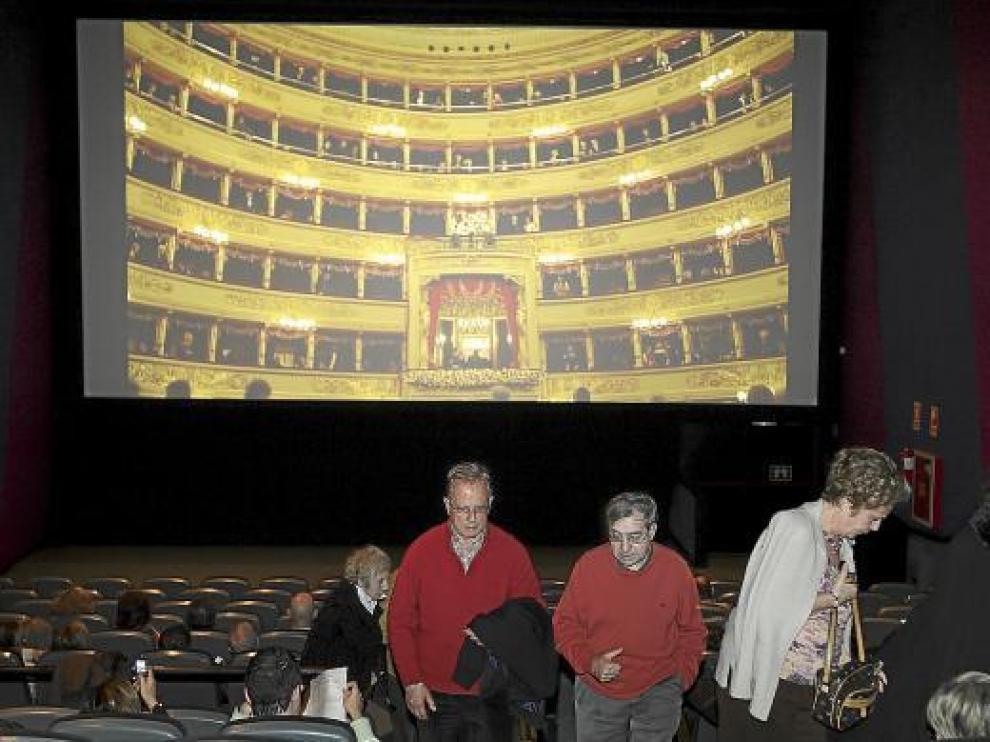 Varios de los asistentes durante una pausa en el pase de ópera en la sala de Cinesa Grancasa.