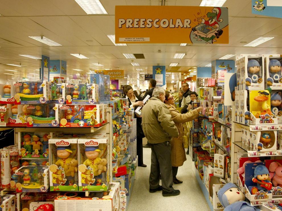 Clientes buscando entre miles de opciones el juguete adecuado.