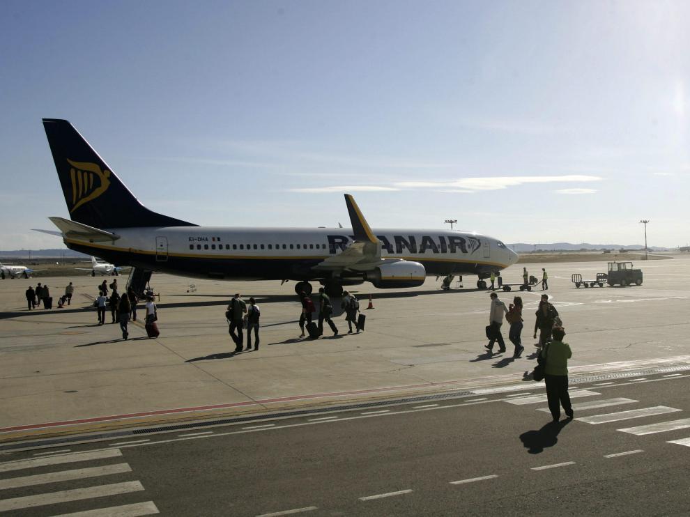 Un grupo de pasajeros se desplaza a pie a un vuelo Zaragoza-Bérgamo de Ryanair.
