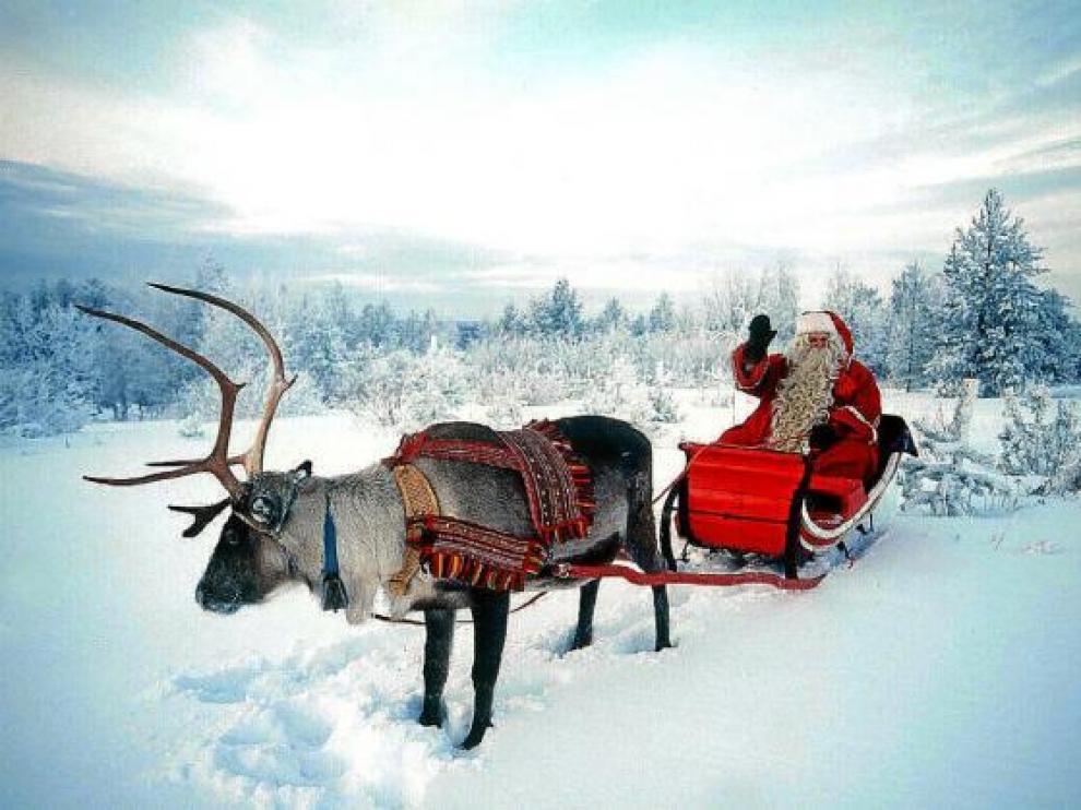 Una foto de Papá Noel en su trineo, en la nieve de Laponia, al norte de Finlandia