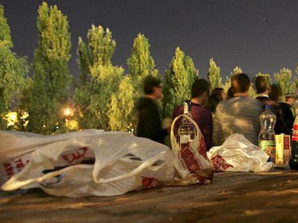 Un grupo de jóvenes bebiendo en el parque del Isuela, uno de los pocos lugares 'permitidos' ahora para hacer botellón en Huesca.