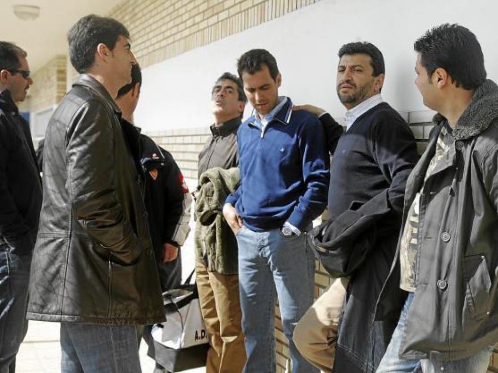 Gay conversa con Aragón y Nayim en un encuentro de los veteranos del Zaragoza. Detras, surge Solana.