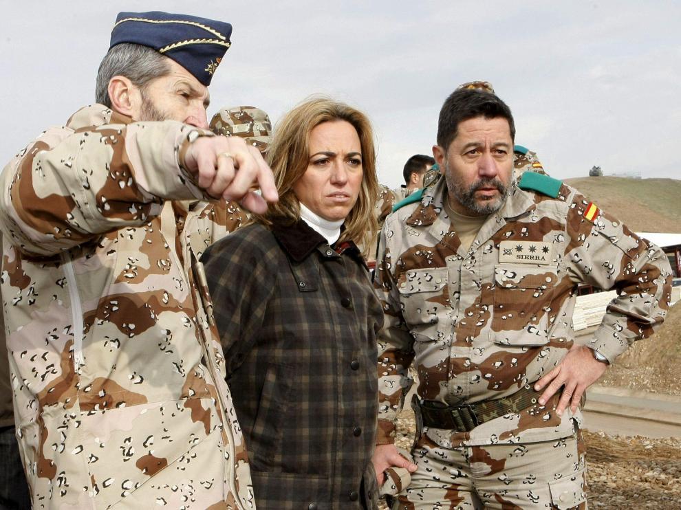 La ministra de Defensa, Carme Chacón, durante su visita a los soldados españoles desplegados en Afganistán