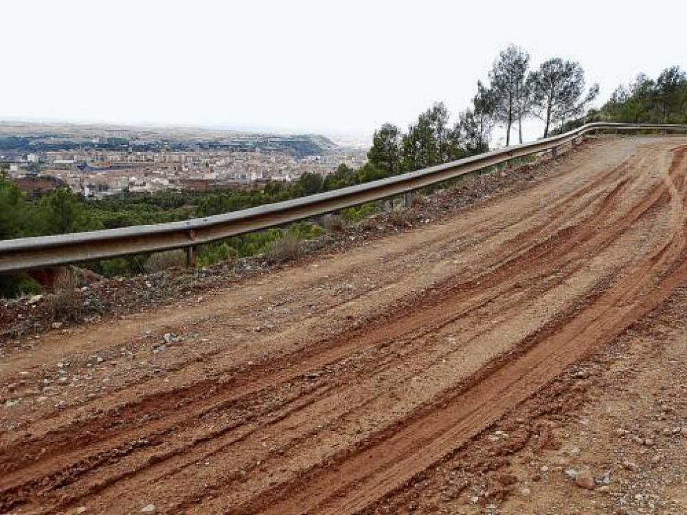 El camino de Santa Bárbara, uno de los que se acondicionarán, y, al fondo, la ciudad de Teruel.
