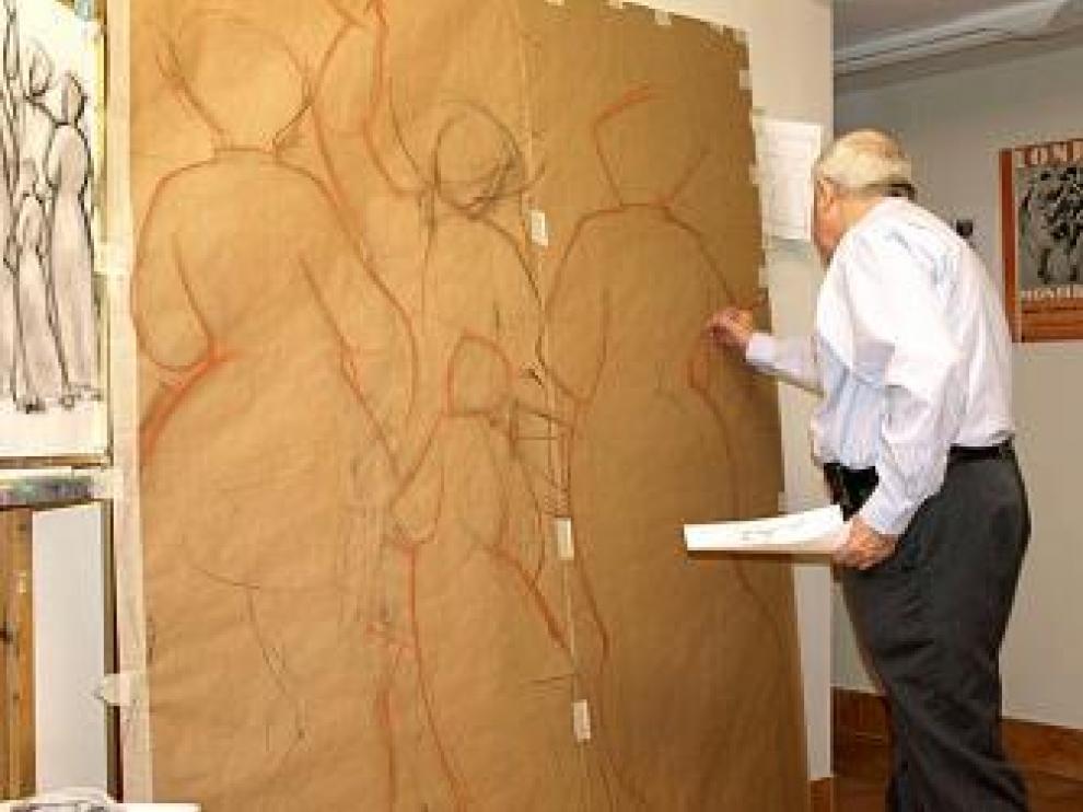 Manuel Monterde mientras dibuja los bosquejos de su mural