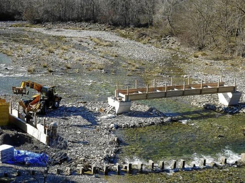 La pasarela que se construye sobre el Ijuez, en Castiello de Jaca, el pasado miércoles