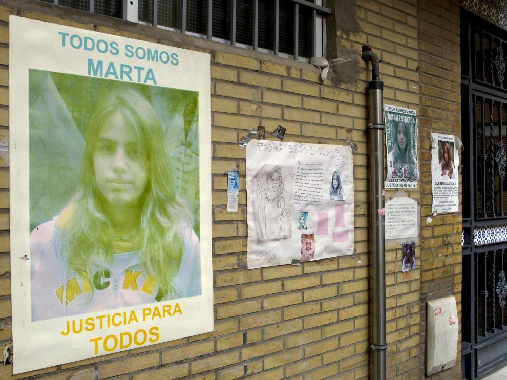 Fotografías de Marta en la fachada de su casa