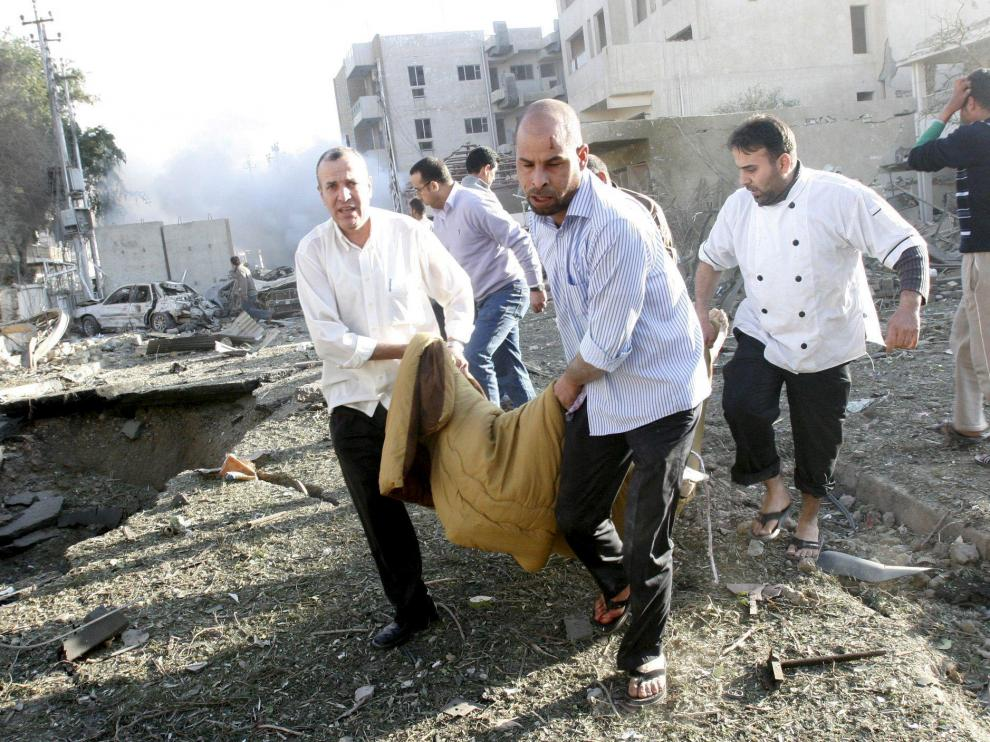 Varios hombres traladan a una de las víctimas de las explosiones