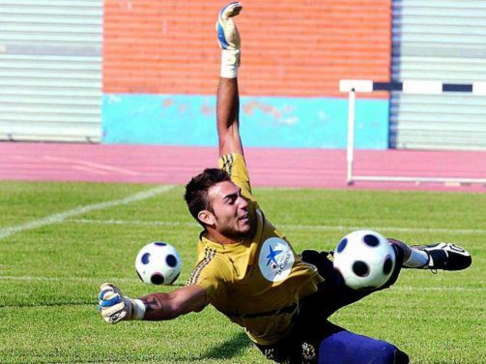 Estirada de Roberto en un entrenamiento de la selección española sub 21.