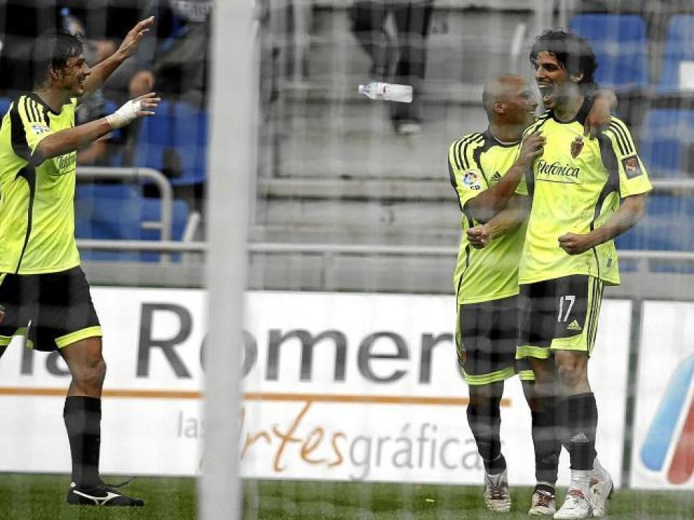 Contini y Suazo acuden a felicitar a Ángel Lafita, autor del tercer gol aragonés.