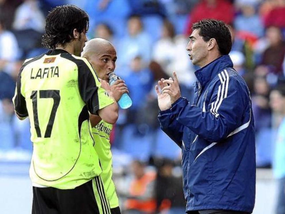 José Aurelio Gay da indicaciones a Suazo y Lafita, ayer en Tenerife.
