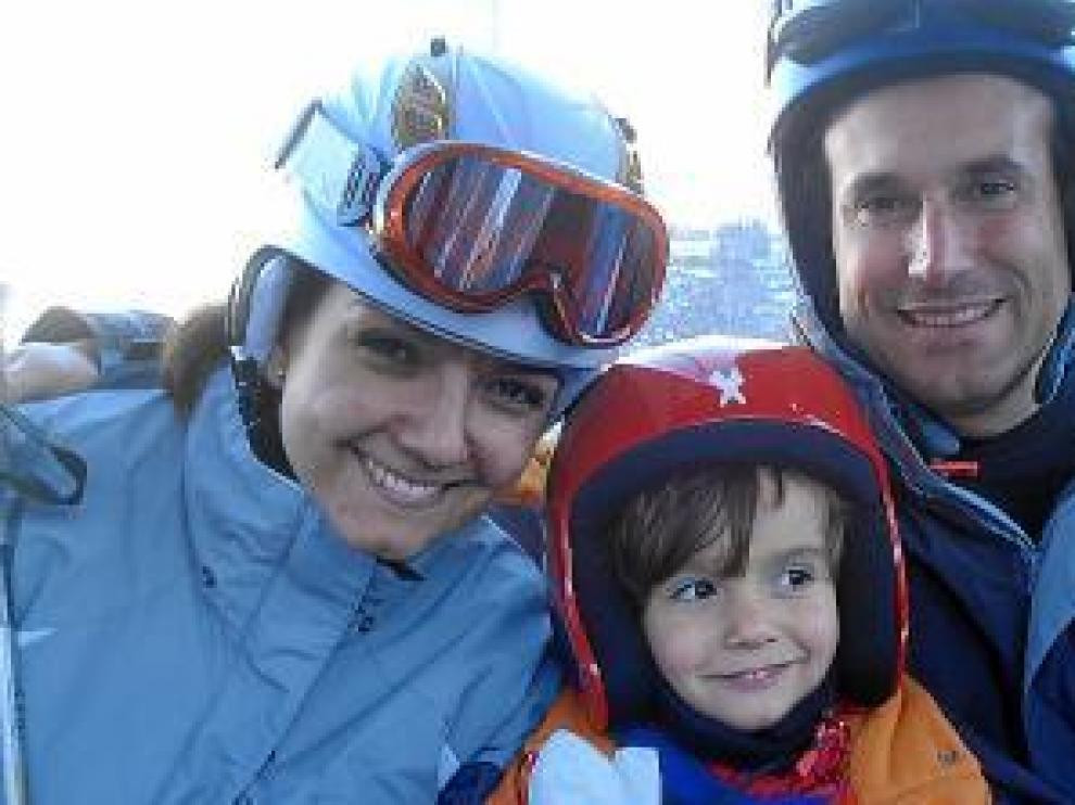 Belén y Carlos, con el pequeño Pablo, de 3 años.
