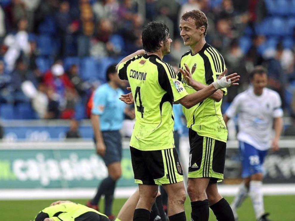 Jarosik celebra con Contini uno de los goles. Detrás, una pequeña piña de zaragocistas.