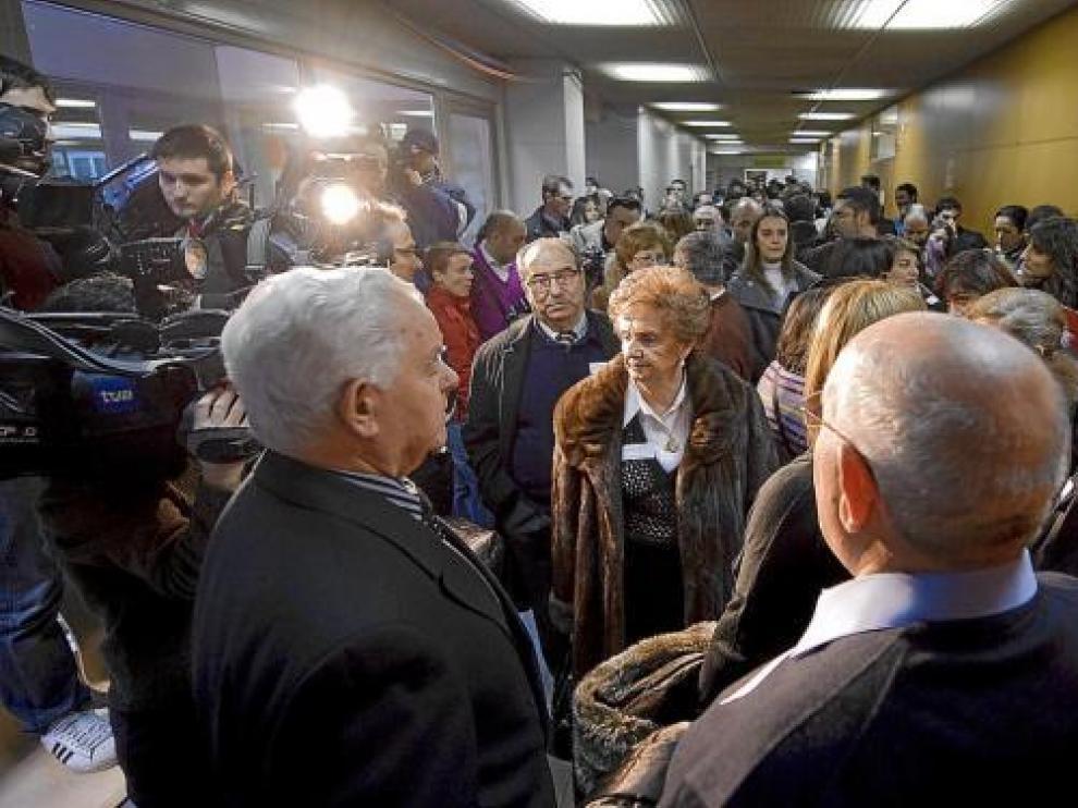 Los familiares de los fallecidos, ayer, a la espera de que se iniciase la primera sesión del juicio