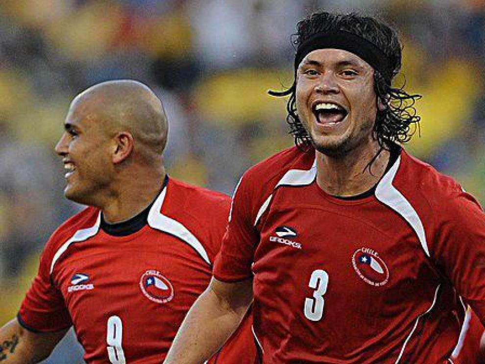 Waldo Ponce celebra un gol con la selección chilena junto al zaragocista Suazo.