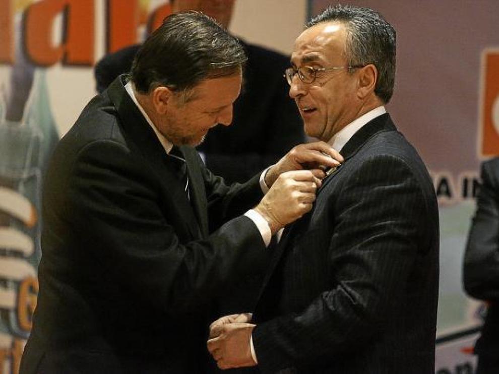 El presidente Iglesias le impuso la 'Parrilla de Oro' al hombre clave en la elección de la candidatura