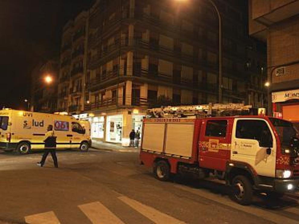 Una ambulancia aparcada junto al portal donde ocurrió el escape