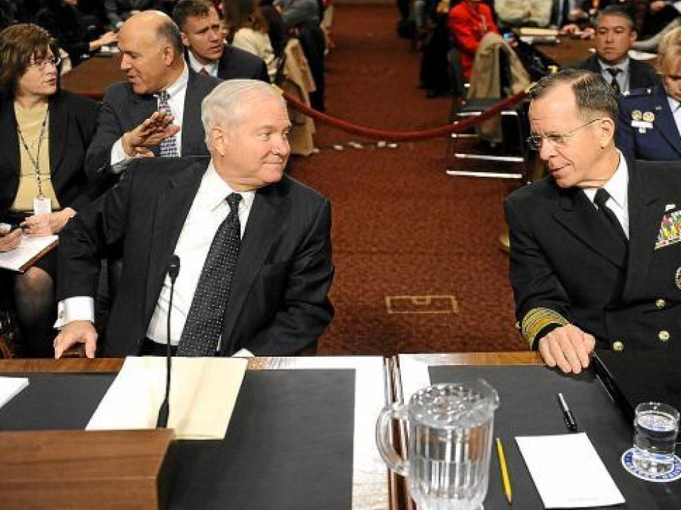 Gates (izquierda), jefe del Pentágono, conversa con Mullen, jefe del Estado Mayor Conjunto