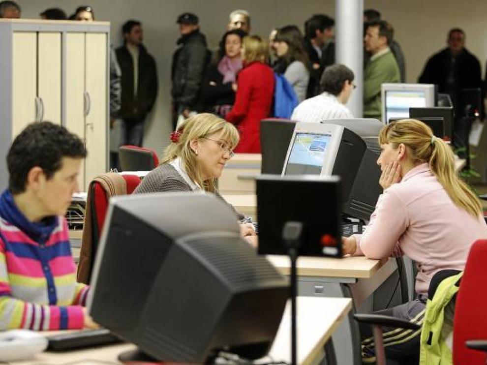 Demandantes de empleo en una oficina de la Administración en Huesca