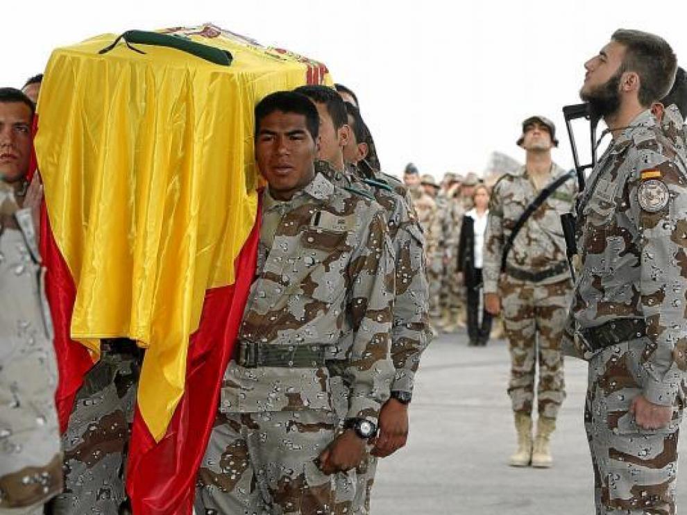 Varios compañeros de John Felipe Romero llevan a hombros el féretro con sus restos, ayer en Herat.
