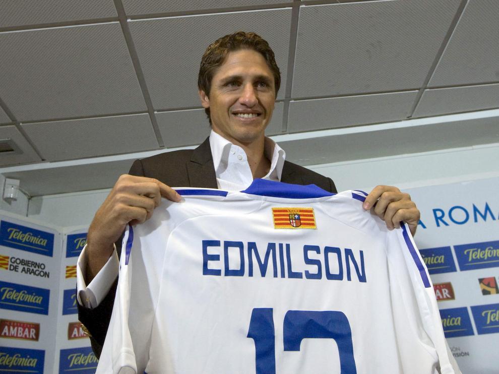 Edmilson posa con su nueva camiseta