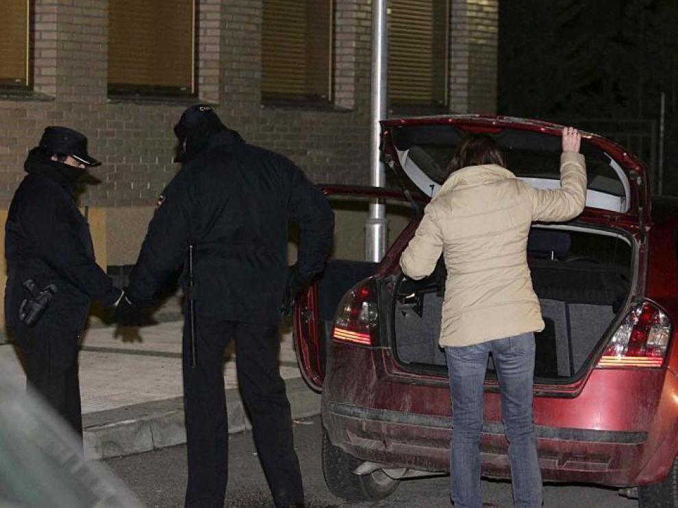 Varios agentes registran un vehículo en la urbanización de Jaca  donde se desarrolló la operación