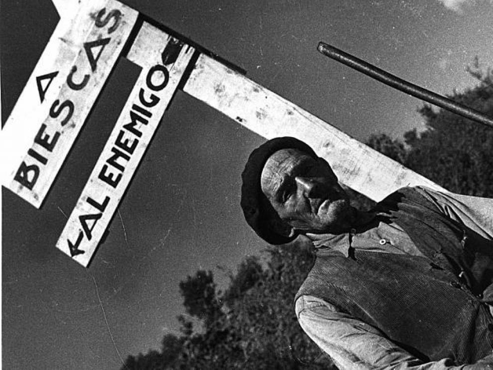 'Frente de Biescas', con anotaciones manuscritas del fotógrafo en el reverso, precio de salida 1.000 euros